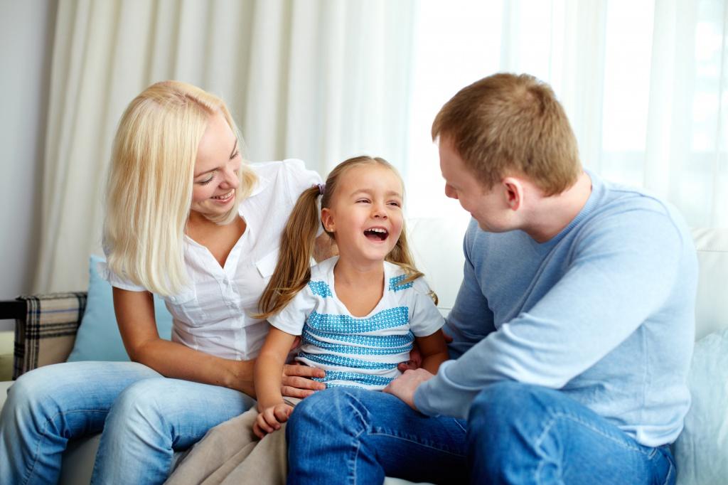 родители воспитывают ребенка